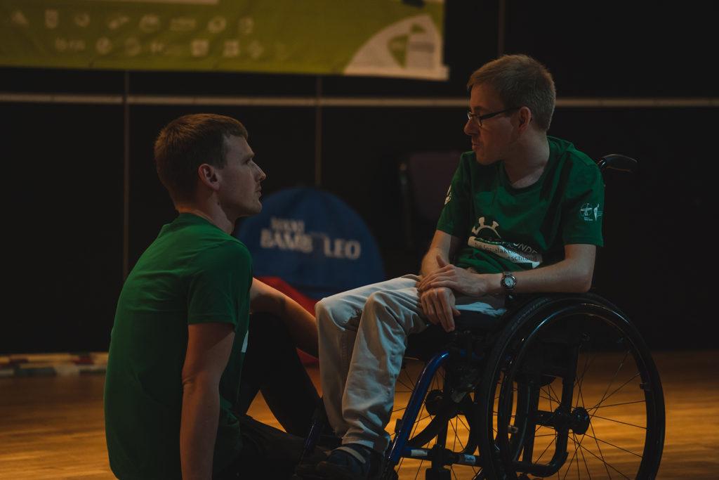 Zwei junge Menschen im Gespräch.
