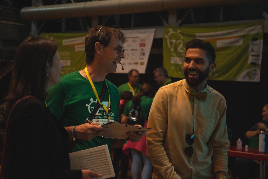 Khalid Bounouar im Gespräch mit den Organisatoren der 72-Stunden-Abschlussparty.