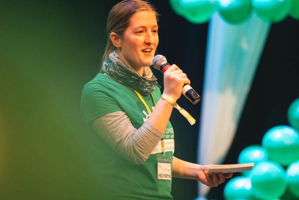 Lioba Jordan begrüßt die Teilnehmer*innen auf der 72-Stunden-Abschlussparty.