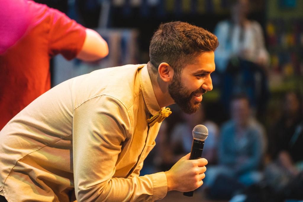 Khalid Bounouar macht Programm auf der 72-Stunden-Abschlussparty.