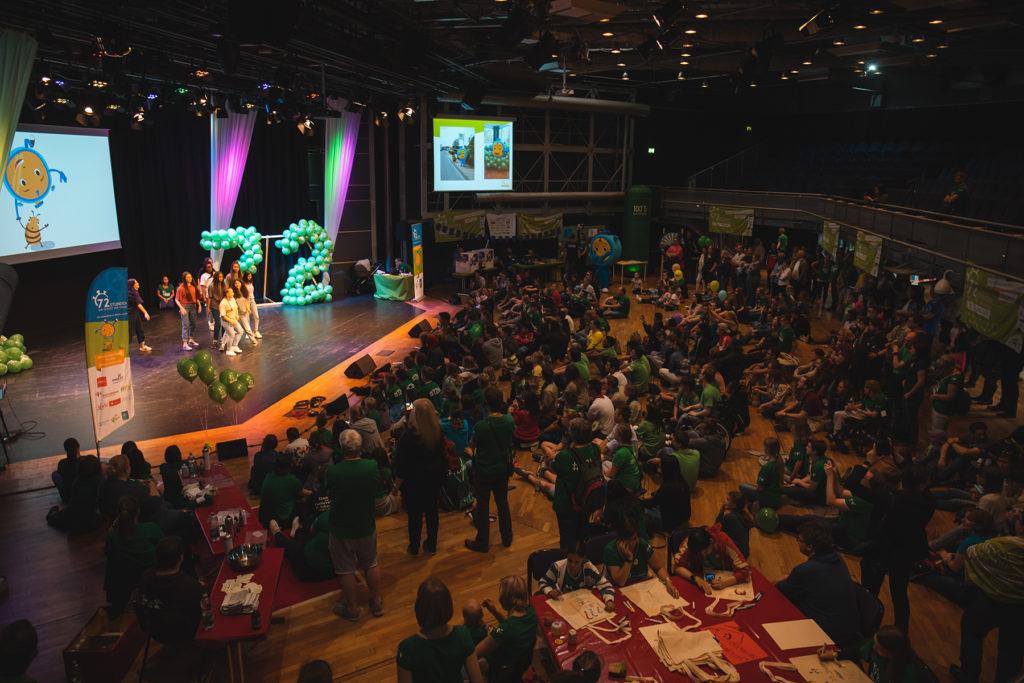 Viele junge Menschen auf der Abschlussveranstaltung der 72-Stunden-Aktion im Bistum Aachen.