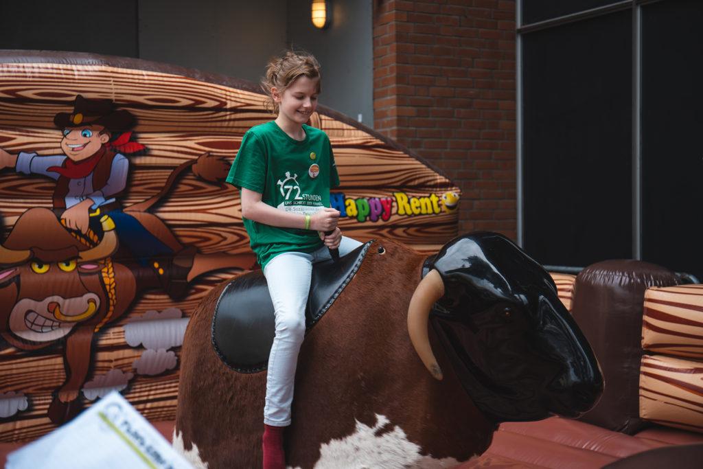 Ein Kind beim Rodeo-Reiten.