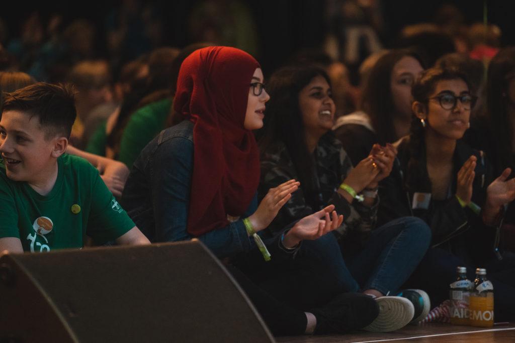 Jugendliche sind begeistert von Khalid Bounouar.