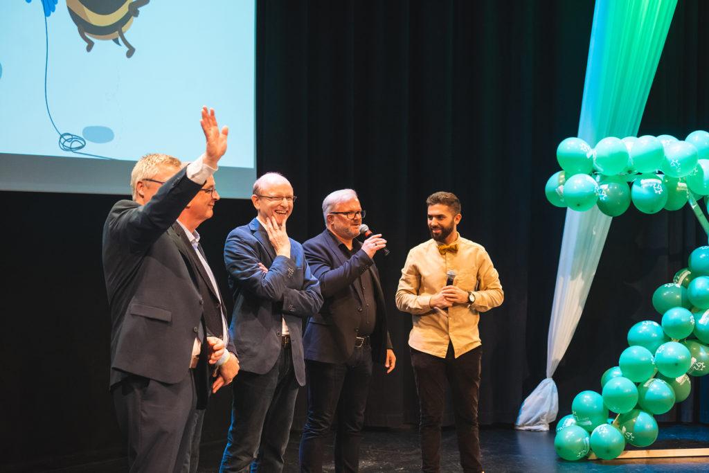 Khalid Bounouar befragt einige Sponsor*innen der 72-Stunden-Aktion im Bistum Aachen.