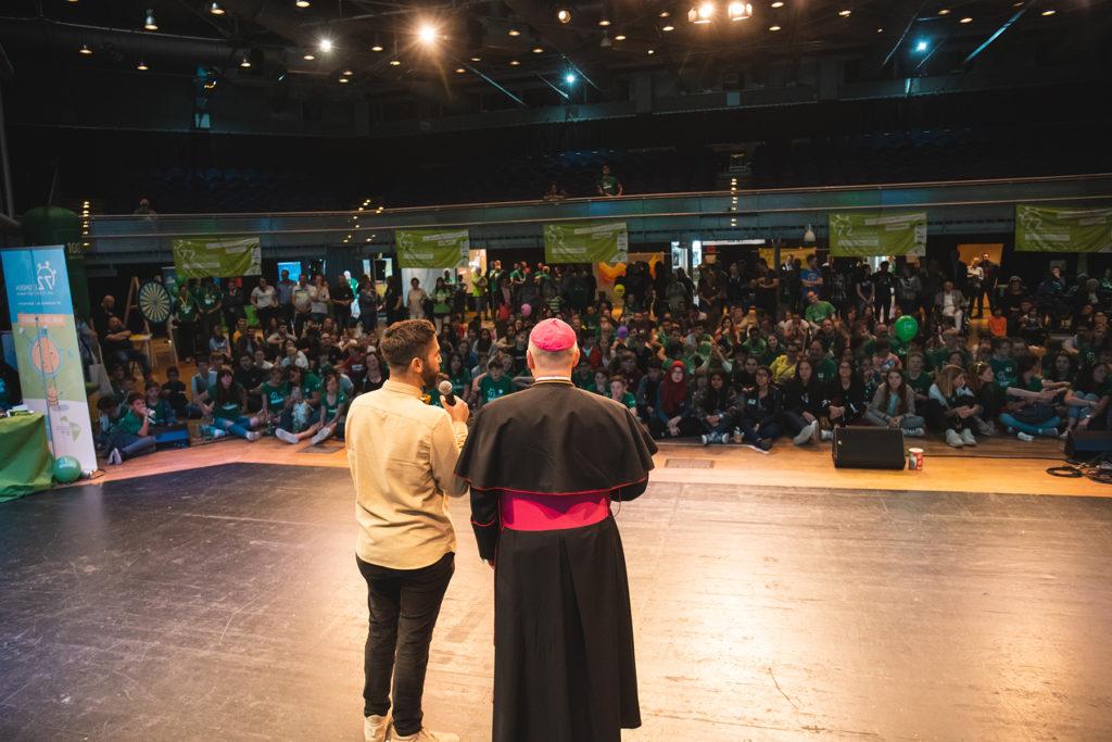 Khalid Bounouar und Bischof Dr. Helmut Dieser gemeinsam auf der Bühne.