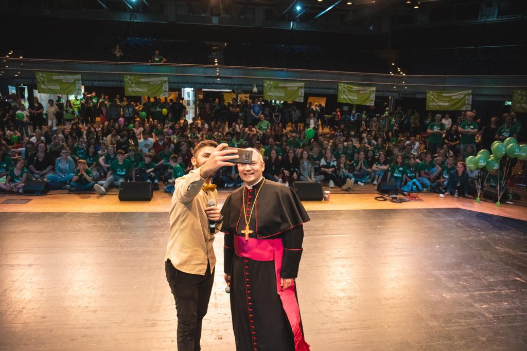 Khalid Bounouar und Bischof Dr. Helmut Dieser machen ein Selfie.