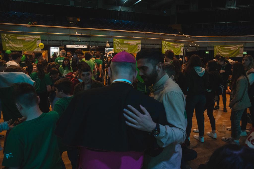 Khalid Bounouar und Bischof Dr. Helmut Dieser im Gespräch vertieft.